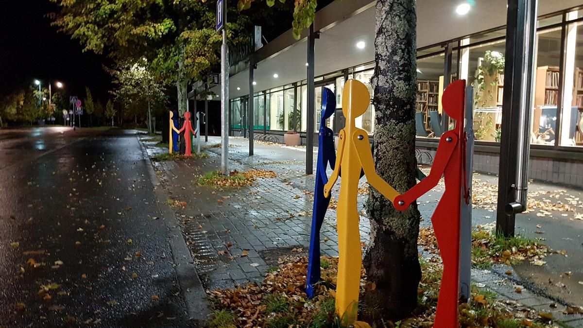 Kirjaston edessä Bongon puunrunkojuoja