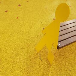 keltainen puistonpenkki puistossa